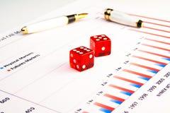 Un accoppiamento dei dadi trasparenti sul diagramma finanziario Fotografia Stock