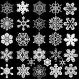 Un'accumulazione di 28 fiocchi di neve simmetrici. Fotografia Stock