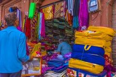 Un acheteur à une boutique matérielle extérieure à Jaipur Image libre de droits