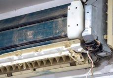 Un acondicionador de aire más viejo en el lavado Después de no mantenerlo durante mucho tiempo Interiores polvorientos y las piez foto de archivo