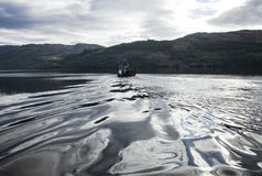 Un'acqua dell'argento e del peschereccio immagini stock