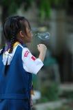 Un'acqua della spruzzata della ragazza nel giardino Fotografia Stock Libera da Diritti