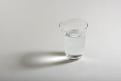 Un'acqua di vetro con fondo bianco Immagine Stock Libera da Diritti