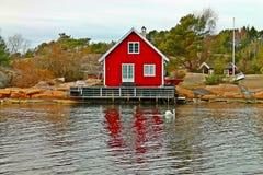 Un'acqua lunga del bello cottage in Norvegia Fotografia Stock Libera da Diritti