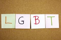 Un acronyme collant jaune d'écriture, de légende, de l'inscription LGTB de lesbienne, d'homosexuel, bisexuel et de transsexuel de Images libres de droits