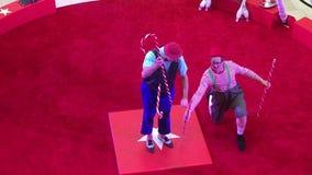 Un acto de circo agradable en vídeo rojo del anillo