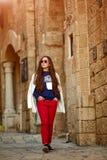 Un adolescent marche autour de la vieille ville Photos stock
