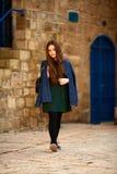 Un adolescent marche autour de la vieille ville Photo libre de droits