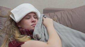 Un adolescente è coperto di coperta, la sua febbre, l'emicrania, influenza stock footage
