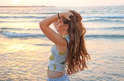 Un adolescente alla spiaggia fotografia stock