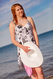 Un adolescente atractivo en la playa con un sombrero blanco Imagen de archivo