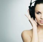 Un adolescente bonito que escucha la música Fotos de archivo libres de regalías