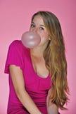 Un adolescente bonito que sopla una burbuja Imagen de archivo