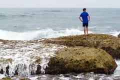 Un adolescente che pensa e che contempla l'oceano Fotografia Stock