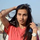 Un adolescente chocado que se coloca en su tejado de la casa Fotos de archivo libres de regalías