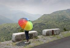 Un adolescente con el paraguas colorido Fotografía de archivo libre de regalías