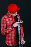 Un adolescente con el patín Imagen de archivo libre de regalías