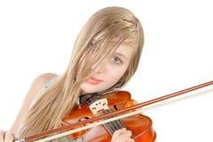 Un adolescente con el pelo largo toca el violín Foto de archivo libre de regalías