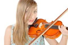 Un adolescente con el pelo largo toca el violín Fotografía de archivo