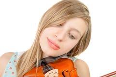 Un adolescente con el pelo largo toca el violín Fotos de archivo libres de regalías