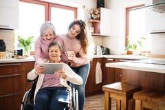 Un adolescente con la madre e la nonna a casa Fotografia Stock