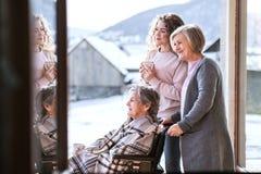 Un adolescente con la madre y la abuela en casa Fotos de archivo