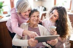 Un adolescente con la madre y la abuela en casa Fotografía de archivo libre de regalías