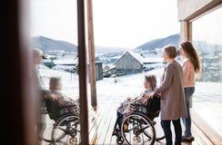 Un adolescente con la madre y la abuela en casa Foto de archivo libre de regalías