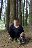 Un adolescente con un monopatín Sostiene un patín en las manos Fotografía de archivo libre de regalías