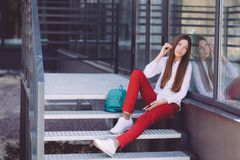 Un adolescente con un smartphone en sus manos pasa tiempo al aire libre Fotografía de archivo