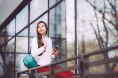 Un adolescente con un smartphone en sus manos pasa tiempo al aire libre Imagenes de archivo