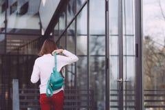 Un adolescente con un smartphone en sus manos pasa tiempo al aire libre Imagen de archivo