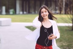 Un adolescente con un smartphone en sus manos pasa tiempo al aire libre Foto de archivo
