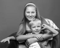 Un adolescente con su hermano menor Fotografía de archivo