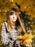 Un adolescente con un ramo de otoño Fotos de archivo libres de regalías