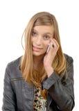 Un adolescente con un teléfono celular Imagenes de archivo