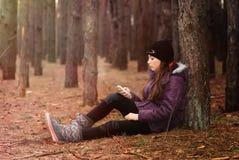 Un adolescente con un teléfono móvil Fotos de archivo libres de regalías