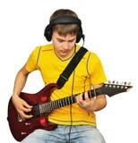 Un adolescente con una guitarra eléctrica Imágenes de archivo libres de regalías
