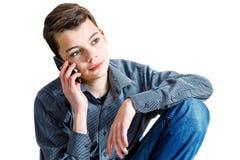 Un adolescente con una penna a disposizione Adolescente con una macchina di conteggio in sua mano Affare di soldi del ragazzo di  Immagine Stock Libera da Diritti