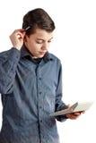 Un adolescente con una pluma en ruke Adolescente con una calculadora en su mano Negocio de dinero del escolar Persona hermosa Láp Imagen de archivo libre de regalías