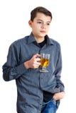 Un adolescente con una taza El hombre bebe té Adolescente con té a disposición Fotografía de archivo libre de regalías