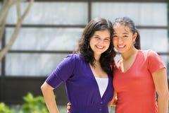 Un adolescente delle due femmine fuori del banco Immagine Stock Libera da Diritti