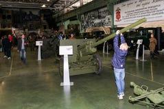 Un adolescente en un arma antitanques Imagen de archivo libre de regalías