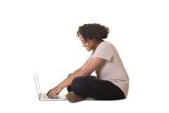Un adolescente en el ordenador Foto de archivo