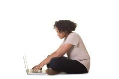 Un adolescente en el ordenador Imagen de archivo libre de regalías