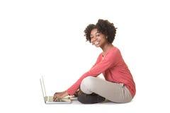 Un adolescente en el ordenador Foto de archivo libre de regalías