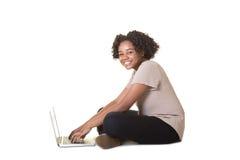 Un adolescente en el ordenador Imágenes de archivo libres de regalías