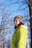 Un adolescente en el parque en el invierno Fotos de archivo