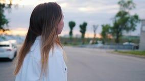 Un adolescente en la camisa blanca que patina afuera almacen de metraje de vídeo