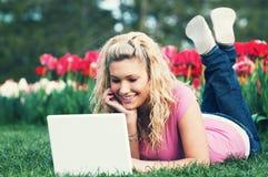 Un adolescente en un ordenador portátil Imágenes de archivo libres de regalías